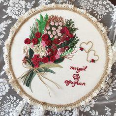 Kırmızının alıcılığı gerçekten bir başka 😍 #brezilyanakisi #embroideryart #embroidery #ceyizonerileri #nisantepsisi #sunum #dekorasyon… Embroidery Flowers Pattern, Embroidery Sampler, Hand Embroidery Designs, Beaded Embroidery, Embroidery Stitches, Cross Stitch Quotes, Bead Embroidery Jewelry, Crochet Home, Sewing Crafts