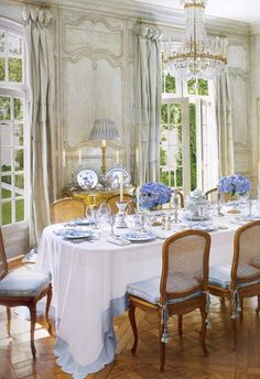 Love the touches of blue, especially the tablecloth