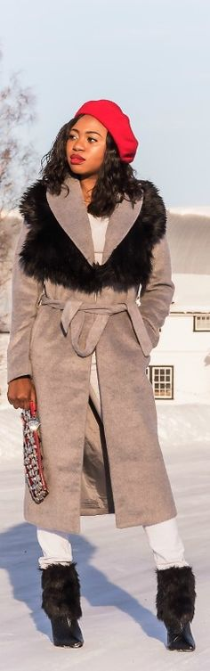 Louisa Moje in a Missguided longline coat paired with a fur collar and fur bootie >>http://www.lapassionvoutee.com/2016/03/longline-coat-french-beret.html