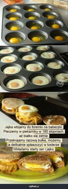 Jak zrobić domowy mcmuffin? - Jajka wbijamy do foremki na babeczki. Pieczemy w piekarniku w 180 stopniach, aż białko się zetnie. Przekrajamy razową bułkę, możemy  ją delikatnie spłaszczyć w tosterze. Wkładamy starty ser i jajko.