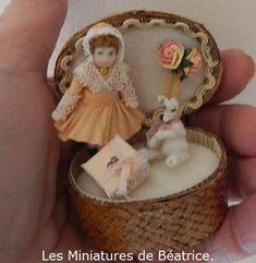 Poupée en porcelaine articulée: 4cm et petit ours blanc : 1,5 cm Tiny Dolls, Teddy Bear, Toys, Animals, Miniature Dolls, Polar Bear, Porcelain Doll, Activity Toys, Animales