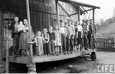 Large unidentified family posing for photo on large wood porch of clapboard country home Mother and Father with 14 children The children posing from. Appalachian People, Appalachian Mountains, Antique Photos, Vintage Photos, Old Pictures, Old Photos, Mountain Music, North Carolina Mountains, Collage