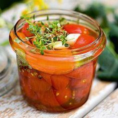 Marinoidut minitomaatit 1 kg Valmistusaika 30 minuuttia Maustumisaika 2 vrk 1. Halkaise tai pilko huuhdellut tomaatit pieniksi suupaloiksi. 2. Mittaa liemiainekset kattilaan ja keitä viitisen minuuttia. Lado tomaatit tölkkeihin ja kaada jäähtynyt liemi päälle. Anna maustua pari päivää jääkaapissa ja tarjoa lisukkeena. Säilyy viikon.