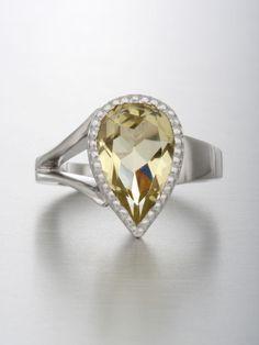 Lemon Topaz kivi on viehättävä väriltään. Sormuksessa ei ole käytön jälkiä ja on erittäin siistissä kunnossa. Materiaali = 14 karaatin valkokulta Kivi = Lemon Topaz pisaran mallinen 12 x 8 mm Valmistaja = Midas Kultasepät Sormuksen koko = 14,5 (hieman voi suurentaa tarvittaessa) Rungon leveys = 2 mm Paino = 4,6 g (kiven kanssa) Kaiverrukset = Ei ole Topaz, Heart Ring, Rings, Jewelry, Jewlery, Jewerly, Ring, Schmuck, Heart Rings