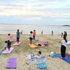 【shikihohoho】さんのInstagramをピンしています。 《昨日は夕陽のパワーを浴びながら beach yoga  ハワイのトレーニングから帰国後のまみちゃんに講師をしてもらって 波の音を聞きながら最高の時間でした♡  まみちゃんありがとう‼️ 来年もよろしく  昨日はスクールにお泊まり会だったShikiを今からお迎えにいってきます〜 楽しかっただろうな 枕投げしたかな テンションあがりすぎて5時とかに起きてるんやろな〜  #ヨガ#yoga#ビーチyoga#は癒し#パワーアップ#最高#お泊まり会#海#大野海岸#浜辺#夕陽》