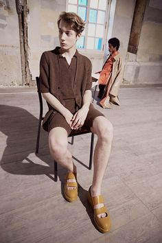 See the complete Acne Studios Spring 2017 Menswear collection. Mens Fashion Week, Mens Fashion Suits, Fashion Show, Men's Fashion, Paris Fashion, Runway Fashion, Vogue Paris, Men's Collection, Summer Collection