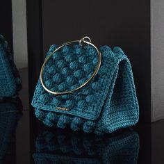 Matoohandmade Mini purse Crotchet Bags, Knitted Bags, Crochet Rug Patterns, Crochet Designs, Crochet Handbags, Crochet Purses, Diy Bag Gift, Crochet Wallet, Crochet Bag Tutorials