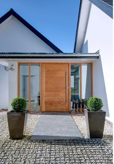 Caring closed entrance porch design Check our Beautiful Front Doors, Modern Front Door, Wooden Front Doors, Modern Porch, Wooden Door Design, Front Door Design, House With Porch, House Front, Traditional Front Doors