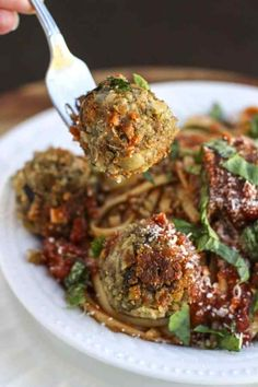 Vegan Italian Lentil Quinoa MeatBalls Italian seasoned mashed lentil quinoa meatballs look just like real meatballs, perfect for pairing with your favourite marinara sauce and nestling into a big bowl of warm noodles. Quinoa Balls, Lentils And Quinoa, Green Lentils, Quinoa Pasta, Lentil Meatballs, Vegan Meatballs, Italian Meatballs, Mini Meatballs, Vegan Foods