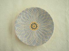 花モチーフの小皿です。 スペイン製の釉薬をスポイトを使って絵付けして表面に凹凸があるのが特徴です。   和食にも洋食にも合うように、深い混色を使いました。 お色は花びら部分が灰色、がく部分は山吹色・深緑色です。   銘々皿やケーキ皿にも合うサイズです。  サイズ:直径12.5センチ、高さ2.5センチ、重さ約100g Japanese Plates, Decorative Plates, Porcelain, Pottery, Throw Pillows, Tableware, Glass, Handmade, Crafts