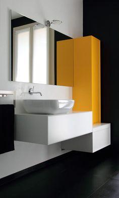 baño con lavabo sobre mueble flotante y armario amarillo, suelo color carbón
