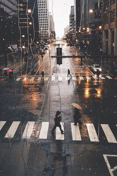 I adore street photography, rainy days and the contrast of the charcoal streets with the warm glow of streetlights Jolie Photo, Concrete Jungle, City Photography, Rainy Day Photography, Seattle Photography, Cityscape Photography, Photography Aesthetic, Adventure Photography, Photography Courses