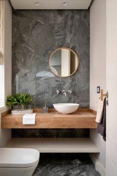 Mooie moderne badkamer inspiratie met een grijze marmer wand en vloertegel gecombineerd met een licht beige wandtegel zodat de marmer tegel mooi naar voren komt. Een eikenhouten badmeubel met een witte ronde waskom. Een chroom inbouw wastafelkraan en een ronde spiegel met een mat gouden rand. Een wit toilet en een chroom handdoekenhouder. De groene plant zorgt voor sfeer in deze badkamer #minciobadkamer #skypejebadkamer #badkamerinspiratie Small Toilet Room, Guest Toilet, Bathroom Design Luxury, Modern Bathroom Design, Washroom Design, Design Kitchen, Home Design, Home Interior Design, Modern White Bathroom