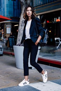 Sneakers outfit work, black trainers outfit, work outfit casual, look casual chic, Sneakers To Work, How To Wear Sneakers, Best Sneakers, Adidas Sneakers, White Sneakers, Sneakers Sale, Sneakers Fashion, Discount Sneakers, Outfits