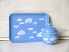 Gaaaanz schön: Zuckerdose in hellblau mit weißen Wolken aus den 70er oder 80er Jahren. Ich denke sie ist von Wächtersbach (nicht gemarkt). Sie ist ...