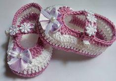 Lindo sapatinho de menina, feito de croche com linha de algodão, na cor branco com lilas tamanho de 0 à 3 meses, com solinha super macia d. E.V.A.