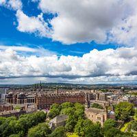 Edinburgh är en underbar stad i Skottland som lockar turister med sin historia, mysiga stadskärna och rika kulturliv. Här får du tips på sevärdheter, evenemang, restauranger och mycket annat inför din resa till Edinburgh. Det finns många anledningar att besöka denna vackra stad!