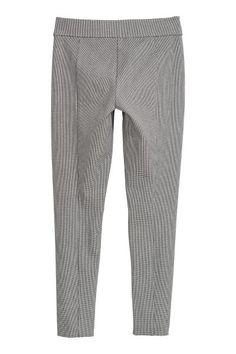 Een tregging van stevig, elastisch tricot met blind elastiek in de taille.