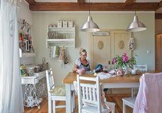 Různorodý nábytek sjednocuje bílý nátěr, který například dokázal proměnit starý šicí stroj v půvabný odkládací stolek.