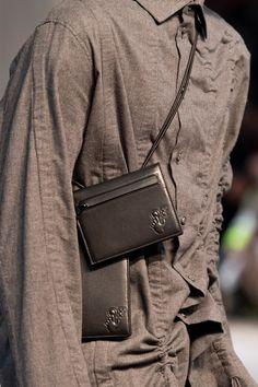 Off-white Fall 2020 Men's Fashion Show Details Modern Mens Fashion, Men Fashion Show, Men's Fashion, Fashion Details, Mens Leather Accessories, Men's Accessories, Mens Crossbody Bag, Leather Men, Mens Leather Handbags