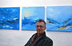 El artista Jean-Marc Hild, ante tres cuadros de su exposición 'Hundun, espacio ondulatorio' en Puntoaparte.