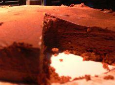 Chocolade Taart met Bestogne bodem  CHOCOLADE TAART  1 pak bastonge koeken 400 gr pure chocola 500 ml slagroom 2 eetlepels witte basterdsuiker 100gr roomboter.  verkruimel bastognekoeken tot poeder smelt boter in een pannetje op het vuur.  doe bakpapier om de bodem van je bakvorm. gooi alles door elkaar en smeer dit uit over de bodem van je bakvorm. zet hem in de koelkast.  smelt de chocola au bain marie.  slagroom en suiker bij elkaar en tot de helft kloppen. dan de chocolade erbij en…