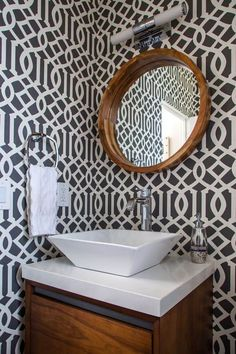 29 Fabulous Wallpaper Ideas to Try for Your Powder Bathroom (Part 1) Bathroom Wallpaper Patterns, Wallpaper Accent Wall Bathroom, Bathroom Red, Wallpaper Ideas, Bathroom Ideas, Eclectic Bathroom, Wall Wallpaper, Pattern Wallpaper, Bathroom Inspo