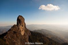 Vista da Pedra do Bau a partir da Pedra do Bauzinho. Ao longe, pode-se ver um praticante de paraglider voando sobre o vale.