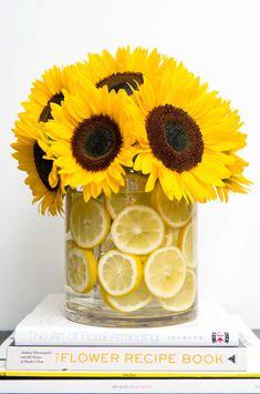 large sunflower bouquet, floral arrangements, large round glass vase, filled with lemon slices Deco Floral, Floral Design, Fresh Flowers, Beautiful Flowers, Yellow Flowers, Simple Flowers, Beautiful Beautiful, House Beautiful, Colorful Flowers
