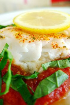 Lemon Herb Tilapia with Tomato Basil Sauce Hcg Recipes, Seafood Recipes, Gourmet Recipes, Cooking Recipes, Very Low Calorie Diet, Low Carb, Healthy Meals, Healthy Eating, Healthy Recipes