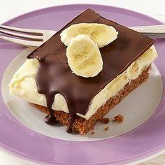 Cremige Bananenfüllung eingebettet zwischen lockerem Kuchen und knackiger Schokoladenkruste - ein Kuchenerlebnis, das Sie nicht versäumen sollten.