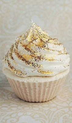 sparkles for cakes and cookies edible gold glitter on desserts and wedding cake! just buy it and give it to the food catering!edible gold glitter on desserts and wedding cake! just buy it and give it to the food catering! Gold Cupcakes, Glitter Cupcakes, Edible Gold Glitter, White Wedding Cupcakes, Glitter Frosting, Cupcake Wedding, Gold Cake, Wedding Cookies, Wedding Desserts