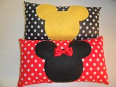 Almofada tecido 100% algodão com detalhes em feltro Enchimento anti alérgico , com fibra siliconada, lavável. tamanho :25x13cm Acima de 30 unidades ( Gratis embalagem) Pedido minimo 10 unidades. R$ 8,50 Homemade Pillows, Diy Pillows, Girls Quilts, Baby Quilts, Disney Quilt, Mickey Mouse Design, Disney Bedrooms, Granny Square Blanket, Minnie Mouse Party
