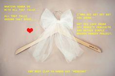 DIY: la recette pour un joli cintre pour les mariés