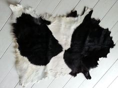 Geitenhuid zwart/wit.   Afm. 110 x 80 cm € 45,00  www.facebook.com/stoeruhzaken.nl