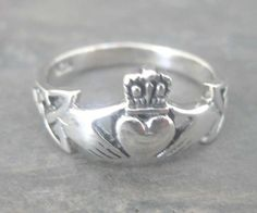 beautiful claddagh ring! both my sisters have one and i've been wanting one so bad lately!