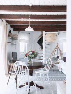 Na podlahu byl použit bílený dub, který vytváří příjemný kontrast stmavými dřevěnými trámy. Foto HAUSMAUS - HOME