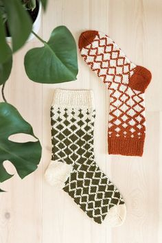 Ravelry: Diamantsokker pattern by Rauma Designs – Knitting Socks Fingerless Mittens, Knit Mittens, Knitting Socks, Knitting Projects, Crochet Projects, Knitting Patterns, Wool Socks, Fair Isle Knitting, Ravelry