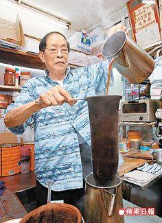 81歲的「絲襪奶茶之父」林木河說,一壺入口軟滑香醇的絲襪奶茶,要來回沖八次才足夠。張志華攝