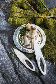 »SAHSA M #Gourmetmesser:  Die Form von #Koziol SAHSA M wurde von den Messern grönländischer Inuit inspiriert, die ihre #Werkzeuge einst aus Knochen herstellten. Griff und Schneide verschmelzen zu einer Einheit, die Finger finden in der ovalen Aussparung Halt und erlauben eine feinfühlige Kraftübertragung. Der Wellenschliff von SAHSA M arbeitet insbesondere bei weichen und druckempfindlichen Lebensmitteln wie Früchten und #Gemüse sehr effektiv.