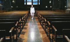 In der Kirche auf Mallorca im Februar. Rosa Hose, grüner Wollmantel und weiße Bluse.