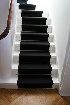 Tæppe trappeløber - www.garantfoto.dk Stairs And Doors, House Stairs, Stairway Wainscoting, Dark Hallway, Stair Risers, Happy House, White Cottage, Door Design, Stairways