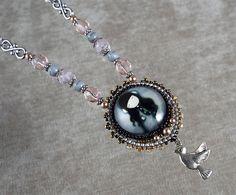 Collier en broderie de perles de verre et pâte polymère entièrement fait main par mes soins. Perles de verre et perles nacrées Swarovski. Cabochon en pâte polymère. Montage sur chaîne en alliage léger et perles en verre de Bohême.