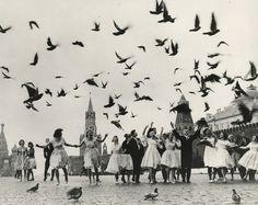 Dans le cadre du 10e Mois international de la photographie à Moscou Photobiennale 2014, le Musée des arts multimédia de Moscou (MAMM) présente sous le titre Le dégel une exposition de l'œuvre du grand photographe et journaliste soviétique et russe Vladimir Lagrange, aujourd'hui un classique de la photo russe. On trouve ses œuvres dans les musées et les collections privées de Russie, d'Italie, de Grande-Bretagne, de Suisse et d'Australie.