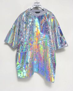 You would think that these are more suitable for the Fall Winter seasons, however we really love how holographic outfits are such a craved style for summer! Moda Instagram, Mermaid Marine, Iridescent Clothing, Iridescent Fashion, Holographic Fashion, Holographic Shirt, Holographic Universe, Space Grunge, Visual Kei