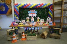 Caixotes e cones de trânsito decoram a parte inferior da mesa. Paw Patrol Party, Paw Patrol Birthday, 4th Birthday, Birthday Parties, Birthday Cake, Balloon Arch, Balloons, Decor Eventos, Birthday Candles