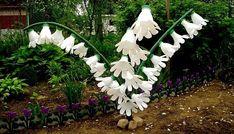 20 ideas for pet bottle garden flower pots Water Bottle Crafts, Plastic Bottle Flowers, Plastic Bottle Crafts, Diy Bottle, Recycle Plastic Bottles, Recycled Garden Art, Garden Crafts, Recycled Crafts, Garden Projects