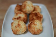 Deze makkelijk te maken kokoskoekjes zijn de ideale koekjes om te bakken als je (bijna) niks in huis hebt. Je hebt er namelijk maar 3 ingrediënten voor nodig, en een oven. Zo makkelijk is het om deze vegan kokoskoekjes te bakken!