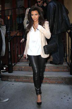 Au top ce look from miami #Kim #Kardashian nous montre encore une fois que porter en beauté un #legging, être #sexy et #hot grace à de jolies formes j'adore !! http://www.leggingstar.fr