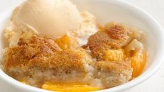 What an incredibly easy idea for peach cobbler, with nothing but Bisquick (Heart Smart) Mix, milk, and peaches! Southern cuisine just done got healthy, y'all. Healthy Peach Cobbler, Fresh Peach Cobbler, Peach Crisp, Apple Crisp, Apple Dumpling Recipe, Apple Dumplings, Healthy Desserts, Delicious Desserts, Yummy Food